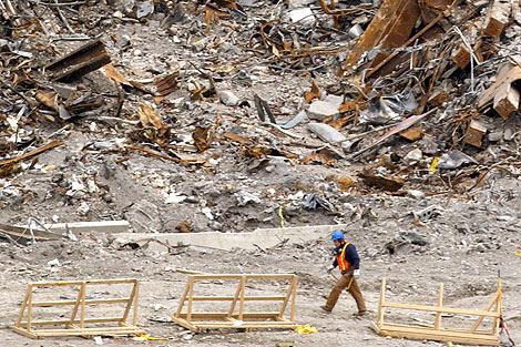 Un trabajador entre los escombros de la Zona Cero.