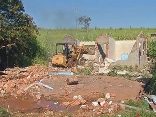 Residências construídas em áreas de risco foram demolidas (Foto: Reprodução/TV TEM)
