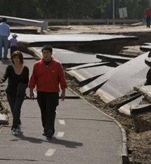 Carretera dañada en Santiago.   Efe