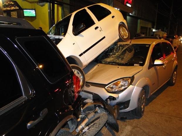 Veículos estacionados são atingidos na frente de restaurante, no bairro Prado, Região Oeste de Belo Horizonte  (Foto: Humberto Trajano / G1)