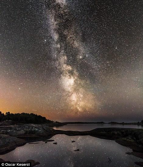 """Ele disse: """"Ver as estrelas, a Via Láctea e as Luzes do Norte é algo mágico que não podemos testemunhar durante o dia.  Além disso, eu realmente gosto do silêncio e da sensação de estar sozinho.  Acima, Kirkkonummi à noite"""