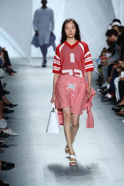 Modelo entra a la pista a lacoste durante la semana de la moda mercedes-benz — Foto de Stock #52986535
