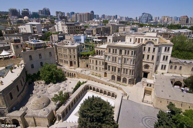 Os pontos turísticos: Vista da Torre do Maiden sobre a Cidade Velha de Baku, no Azerbaijão