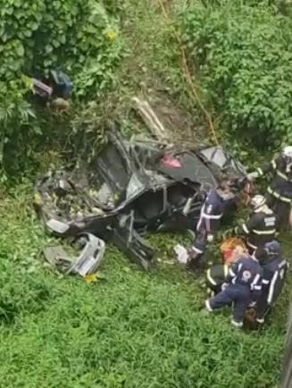 Bombeiros resgatam vítima de acidente na Ponte do Mucambo; carro caiu de ponte com mais de 20m