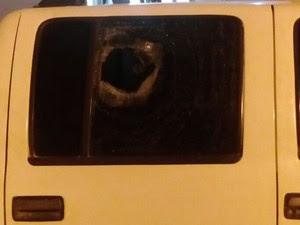 Pedra quebrou um dos vidros da janela do veículo (Foto: Polícia Civil de Óbidos/Divulgação)