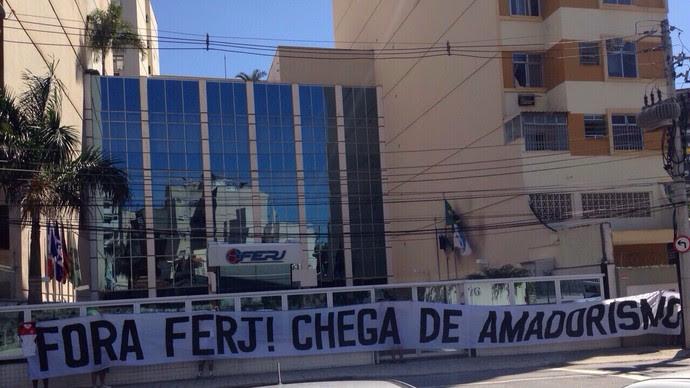 Faixa Protesto Ferj (Foto: GloboEsporte.com)
