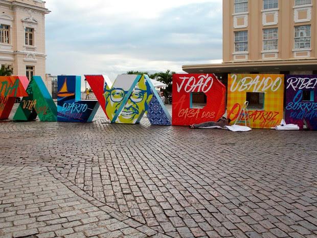 Letreiro em homenagem a João Ubaldo Ribeiro é colocado na Praça Municipal de Salvador (Foto: Marta Galdino/Prefeitura de Salvador)