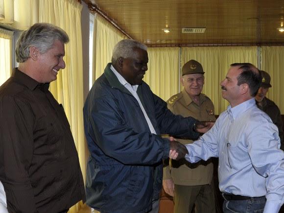 Fernando González saluda a Esteban Lazo, Presidente de la Asamablea Nacional del Poder Popular. Foto: Estudios Revolución
