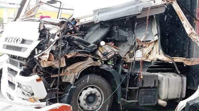 Duas carretas colidem na BR-324 em Feira de Santana