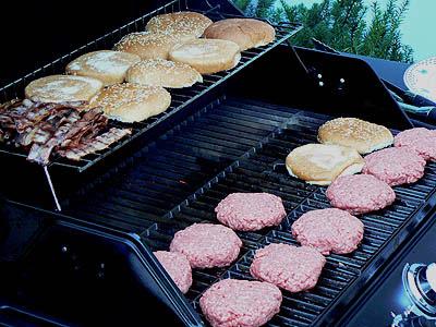 les hamburgers grillent.jpg