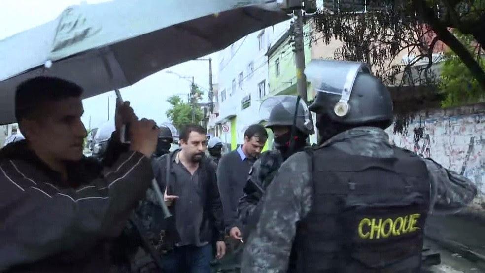 Boulos sendo detido pela PM durante reintegração de posse  (Foto: Amós Alexandre/Globonews)