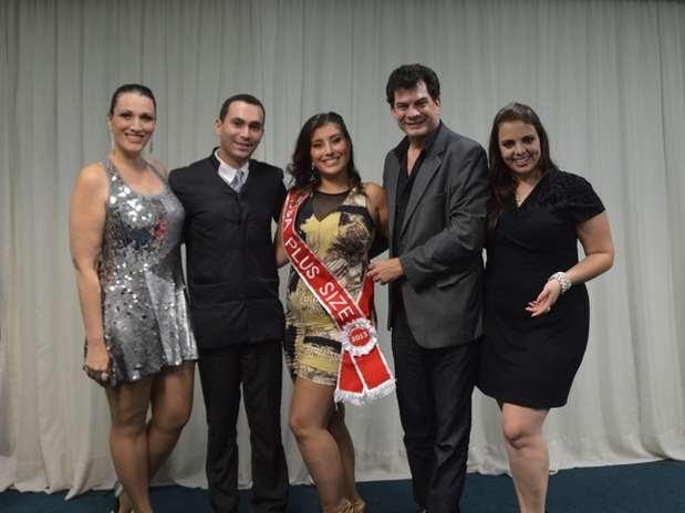 Lígia Alvarez entre os jurados Mônica Casareggio, Alex Assunção, Denis Moraes e Talita Kobal Foto: Giovanne Casareggio / Divulgação