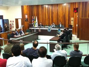 Vereadores de Nazaré Paulista (SP) durante a sessão extraordinária que decidiu sobre a posse do vice-prefeito, Itamar Damião Ferreira. (Foto: Karen Schmidt/TV Vanguarda)