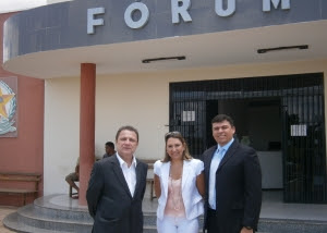 Corregedor Cleones Cunha, com os juízes Jerusa de Castro Duarte e Marcelo Fontenele Vieira, em Araioses