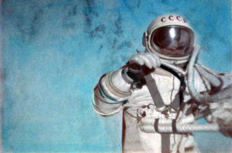 Leónov durante su paseo espacial