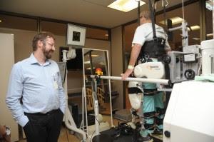 Paciente é auxiliado por aparelhorobótico na realização da marcha bípede