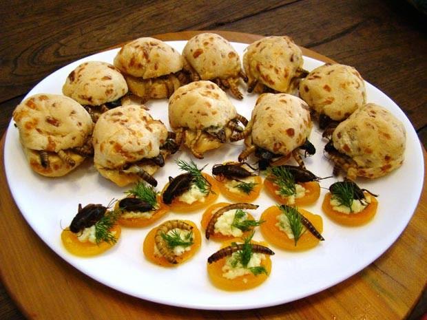 Pão de queijo recheado com larvas é uma das receitas modernas com o uso de insetos (Foto: Eraldo Costa Neto/Divulgação)