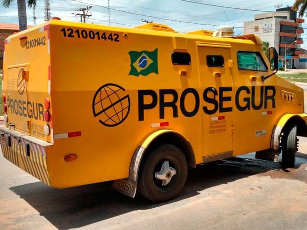 Carro forte foi atacado em rodovia da Bahia (Foto: Blogbraga/Repórter Edivaldo Braga)