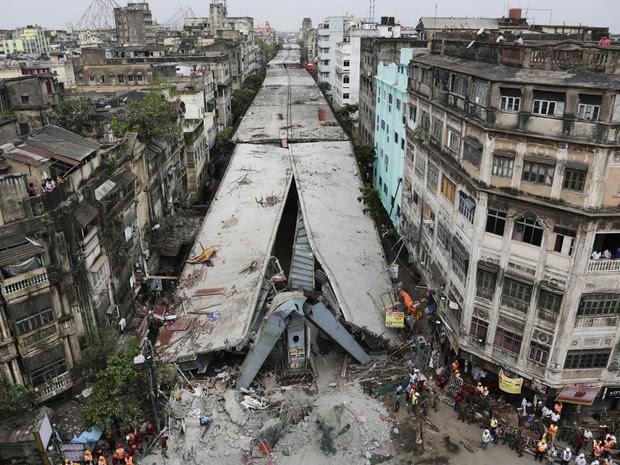 Vista geral do elevado em construção que sofreu um desabamento de parte da sua estrutura e deixou ao menos 30 mortos em Calcutá, na Índia. Uma seção de cerca de 100 metros do elevado despencou no bairro de Bara Bazaar (Foto: Bikas Das/AP)