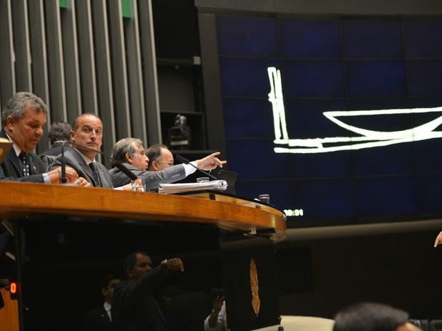 Brasília - O deputado Izalci Lucas Ferreira (PSDB/DF) preside a primeira sessão plenária da Câmara que analisa o pedido de impeachment da presidenta Dilma Rousseff  (Foto: José Cruz/Agência Brasil)