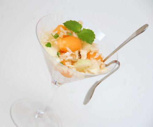 insalata di riso integrale con pollo, melone e sedano verde