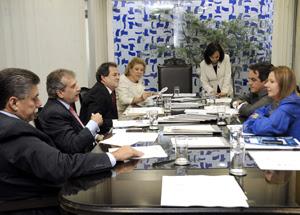 Senadoress da Mesa Diretora discutem com servidores fim do 14º e 15º para parlamentares (Foto: Jonas Pereira/Agência Senado)