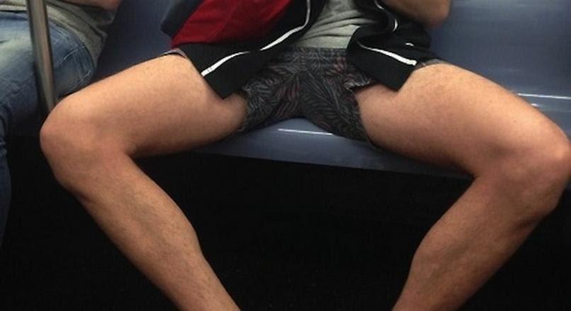 Przykład rozkraczonego mężczyzny w metrze