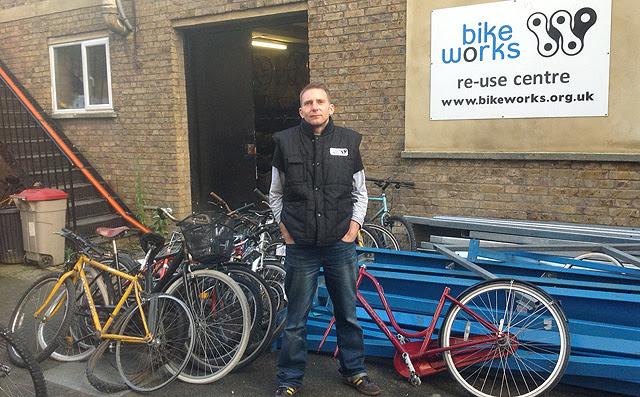 Blakemore, cofundador de Bikeworks, en la puerta del taller. | C.F.
