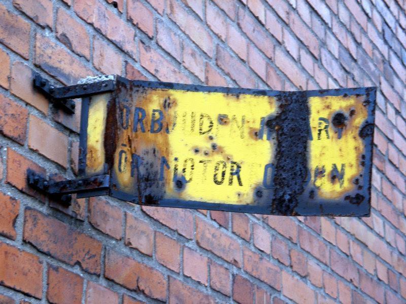 File:Damaged road sign in Stockholm.jpg