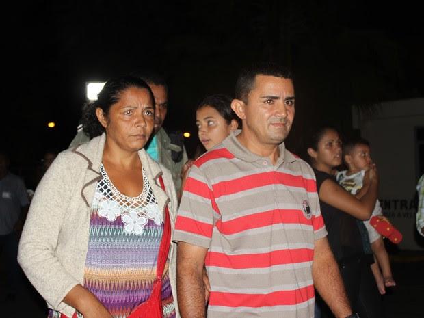 Pais de Eduardo de Jesus visivelmente abatidos após desembarque em Teresina (Foto: Fernando Brito/G1)