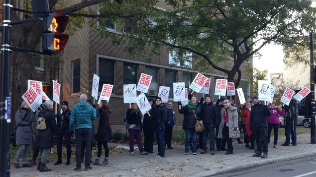 Des syndiqués manifestent devant l'école Saint-Germain d'Outremont, dans la commission scolaire Marguerite-Bourgeoys.