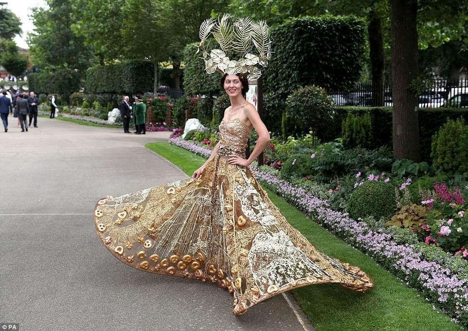 Menina de ouro!  A designer de moda Larisa Katz, famosa por suas elaboradas criações, não marcou o vestido metálico embelezado