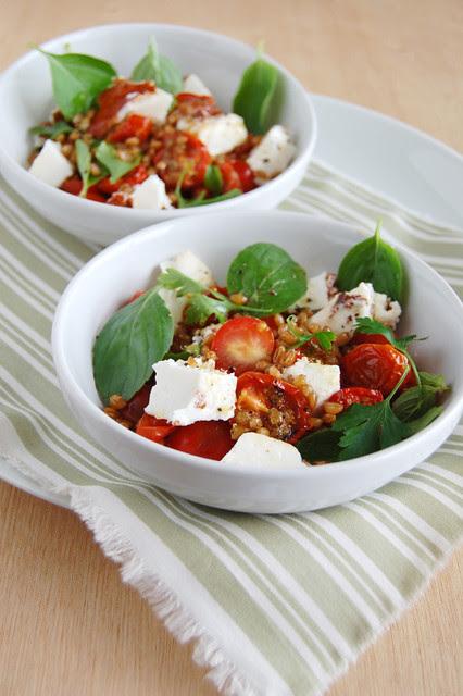 Tomato, feta  and wheat salad / Salada de tomate, feta e trigo