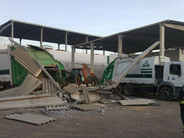 Galpão desabou após caminhão bater em pilastra e um homem morreu, me Simões Filho, na Bahia (Foto: Divulgação)