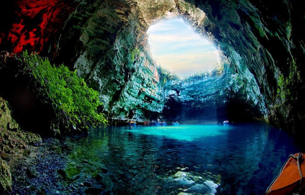 Εξαιρετικό γεωλογικό φαινόμενο το λιμνοσπήλαιο Μελισσάνη βρίσκεται στον Καραβόμυλο, 2 χιλιόμετρα από τη Σάμη και 10 χιλιόμετρα από το Αργοστόλι Κεφαλληνίας.