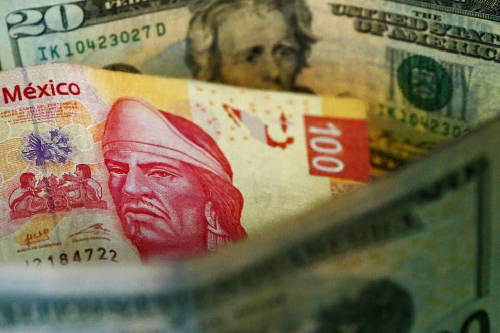 Pesos mexicanos y dólares estadounidenses