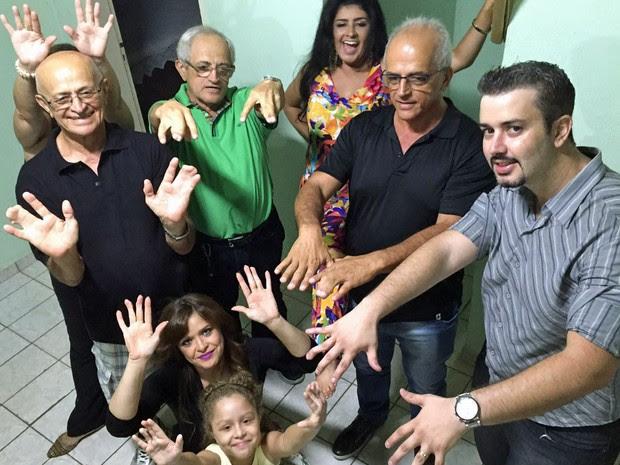 Família do Distrito Federal sofre de polidactilia, uma anomalia causada pela manifestação de um alelo autossômico (Foto: Cynthia Campos/Arquivo Pessoal)
