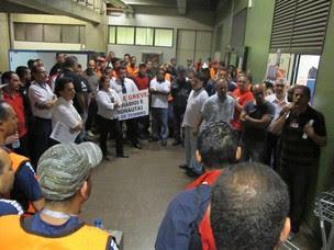 Trabalhadores de empresas aéreas e sindicalistas fazem assembleia em Cumbica