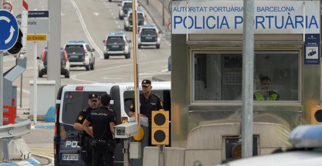 Policías en la entrada del Puerto de Barcelona. REUTERS/Vincent West