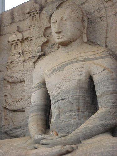 Котенок и Будда. Необычное фото