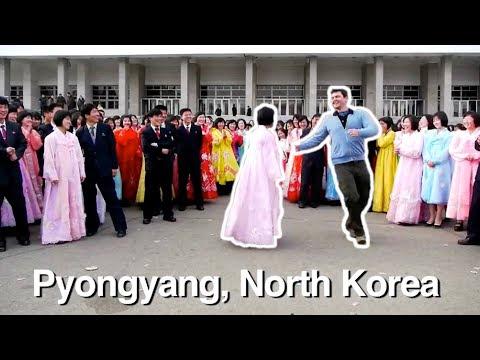 video que muestra a un hombre bailando con lugareños de todo el mundo