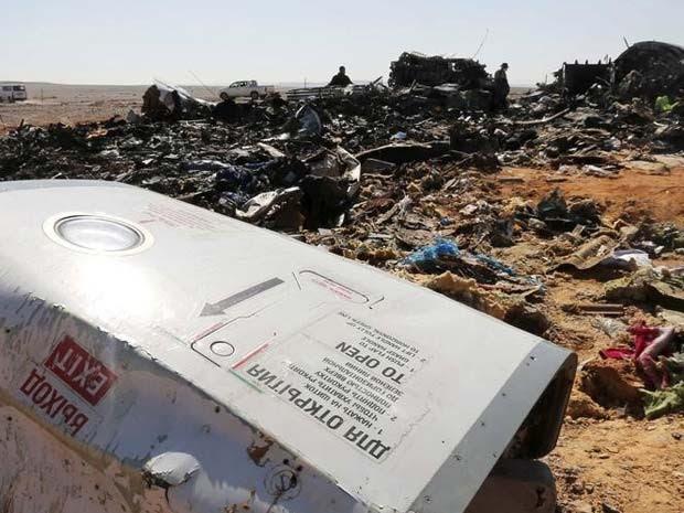 Destroços de avião russo são vistos na área de queda, em al-Hasanah, no norte do Egito (Foto: REUTERS/Mohamed Abd El Ghany)