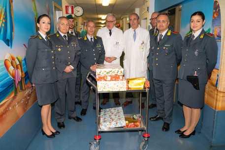 Guardia di finanza dona regali per i pazienti di Pediatria © ANSA