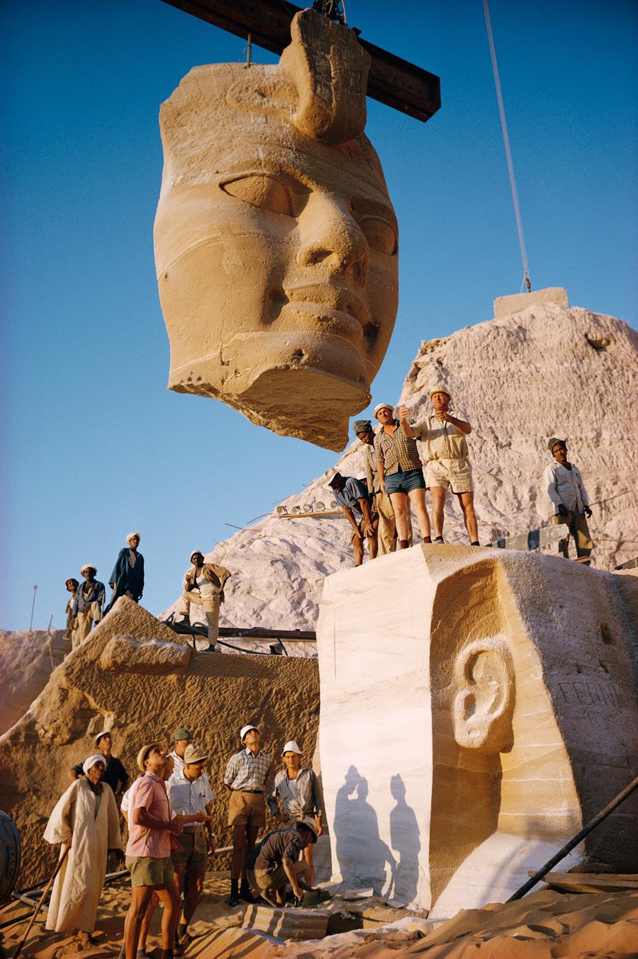 Las grúas levantan la cara de una estatua de los templos de Abu Simbel en Egipto, mayo 1966.Photograph de Georg Gerster, National Geographic