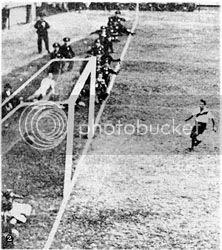 Policias al borde del campo de juego mirando el partido