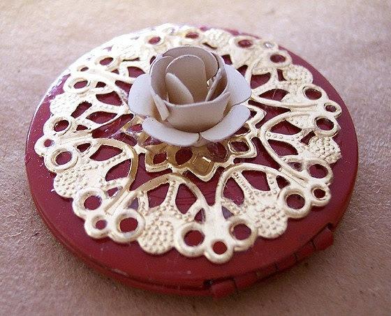 NECKLACE Altered VINTAGE PHOTO LOCKET Lot F Cream Rose Flower Red ZNE EBSQ