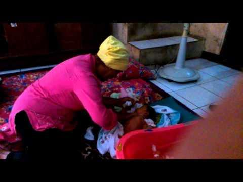 Video cara memandikan bayi secara tradisional
