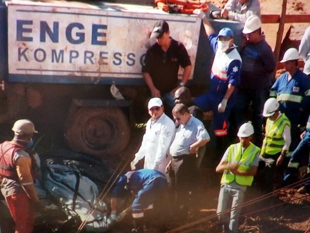 Corpos de vítimas de acidente em obra do anel viário de Piracicaba são retirados (Foto: Reprodução EPTV)