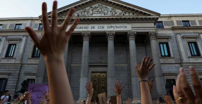 Manifestación en Madrid, ante el Congreso de los Diputados, donde las mujeres han protagonizado una sentada. REUTERS/Susana Vera