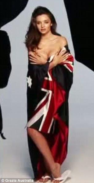 Estes são apenas os tiros na cabeça: Miranda, que trocou seus saltos para alguns flip flops, sexily envolto a bandeira em torno de seu corpo lindo